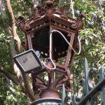 Villa Croce – Lampioni deturpati, divampano le polemiche