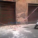 Voltri – Crolla intonaco in via Guala, paura tra i passanti