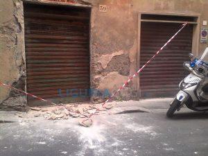 Intonaco crollato in via Guala