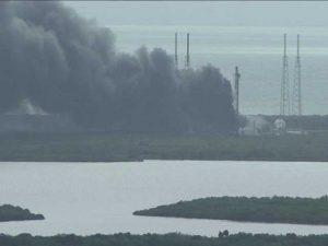 L'esplosione del razzo a Cape Canaveral