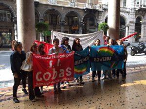 Nella foto, le lavoratrici More Service in sciopero di fronte all'Hotel Bristol Palace