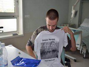 Nella foto, Gabriele con la maglia donata dal Comitato
