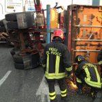 Container ribaltato al casello di Genova Ovest. Traffico in tilt in direzione Sopraelevata