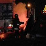La Spezia – Autocarro in fiamme nel parcheggio di una ditta