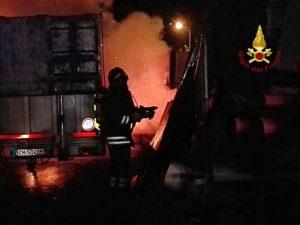 Autocarro in fiamme in provincia della Spezia