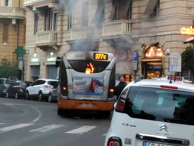 Autobus in fiamme a Castelletto