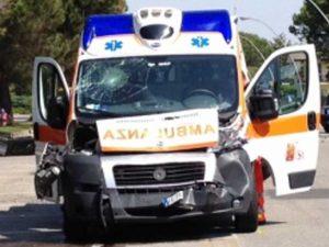 Scontro tra auto e ambulanza