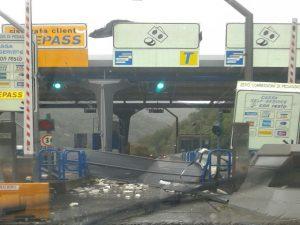 Maltempo, cartello abbattuto dal vento al casello autostradale di Recco