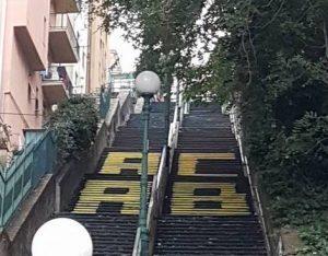 Scalinata Montaldo con la scritta contro la Polizia (foto da Sei di Marassi se...)