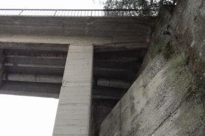 il ponte da cui cadono detriti