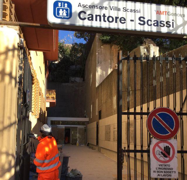 Genova - L'ascensore Cantore-Scassi appena riparato è di nuovo fermo