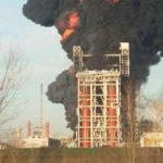 Incendio alla raffineria Eni di Sannazzaro, evacuato l'impianto