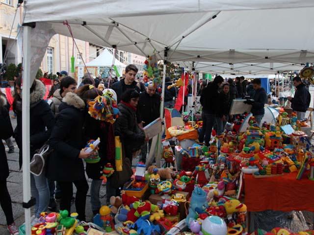 Rigiocattolo in piazza Matteotti a Genova, il mercatino che aiuta l'Africa