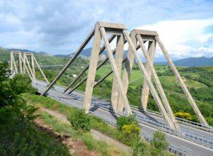 Precipita da un viadotto dell'autostrada e muore, ipotesi suicidio