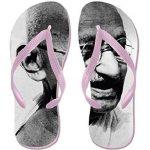 Amazon sotto accusa in India per le ciabatte con il volto di Gandhi