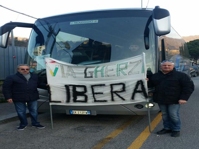 Nella foto, due residenti di via Gherzi alla partenza da Molassana. Dietro, il pullman