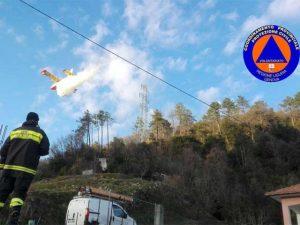 Incendio bschivo a Ne, Vigili del Fuoco e Protezione Civile impegnati nella zona