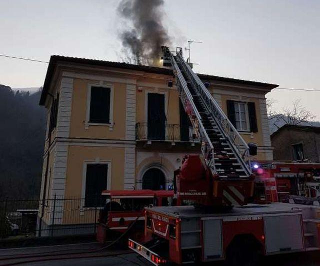 Incendio a San Colombano: tetto in fiamme fotogallery