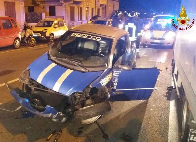 Genova - Incidente in via 5 Maggio, auto contro le vetture in sosta