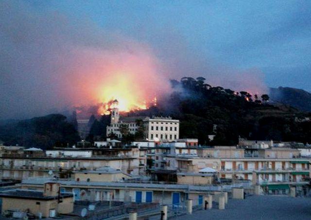 Autostrada A12 chiusa tra Genova Nervi e Recco per incendio