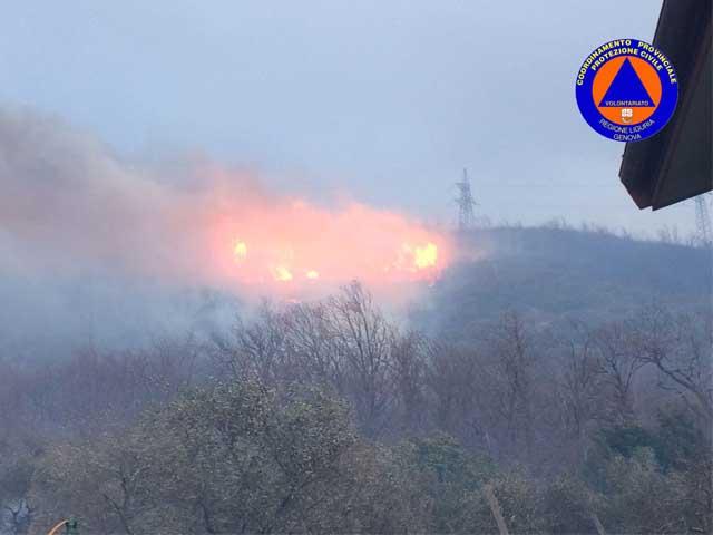 Emergenza incendi a Genova, nelle prossime ore attenzione soprattutto al Ponente