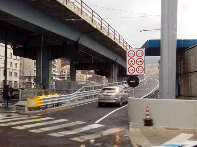 Genova, incidente in Sopraelevata alle prime ore del mattino: ragazzo in codice rosso