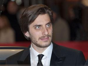 L'attore Luca Marinelli interpreta Fabrizio de André