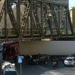 Genova – Camion bloccato sotto la ferrovia in via Fillak