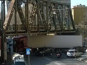 Camion bloccato in via Fillak