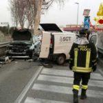 Padova, gru del camion dei rifiuti scoperchia tre auto: un morto