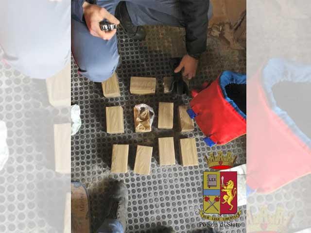 Genova, 10 kg di hashish nello zaino di Dragon Ball: arrestata 38enne