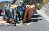 Autocisterna ribaltata sulla A10, riaperto il tratto in direzione Genova