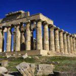 Cade dal tempio di Selinunte, studentessa genovese in prognosi riservata