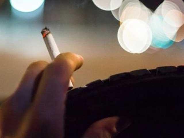 Divieto di fumo in auto: multata una donna a Genova
