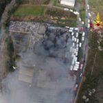 Incendio nel deposito di camper a Ortovero, rischio ambientale: porte e finestre chiuse