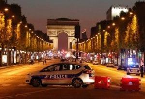 Champs Elysee bloccati per l'attentato