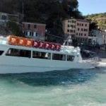 Monterosso – Traghetto carico di turisti si incaglia e rischia di affondare – VIDEO