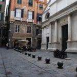 Genova, rapinato in vico delle Vigne blocca il suo aggressore: arrestato 25enne