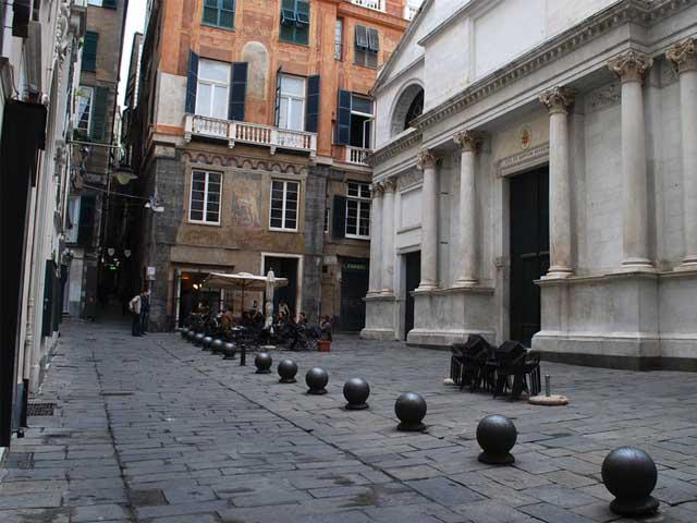 Genova Castelletto, tentano rapina ma vengono inseguiti dai residenti. Due arresti