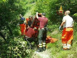 Motociclista finisce in un dirupo, soccorso dai Vigili del Fuoco