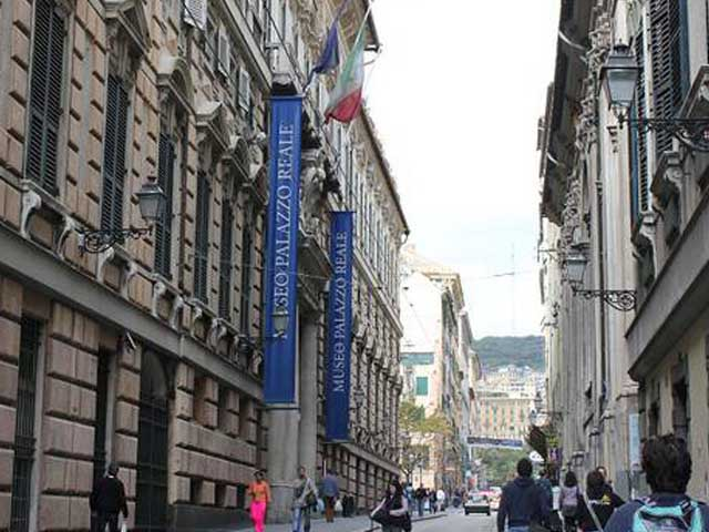 Università di Genova, distribuzione gratuita di libri di filologia e letteratura classica negli atri di via Balbi