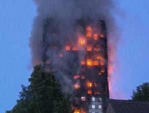Grenfell Tower in fiamme a Londra