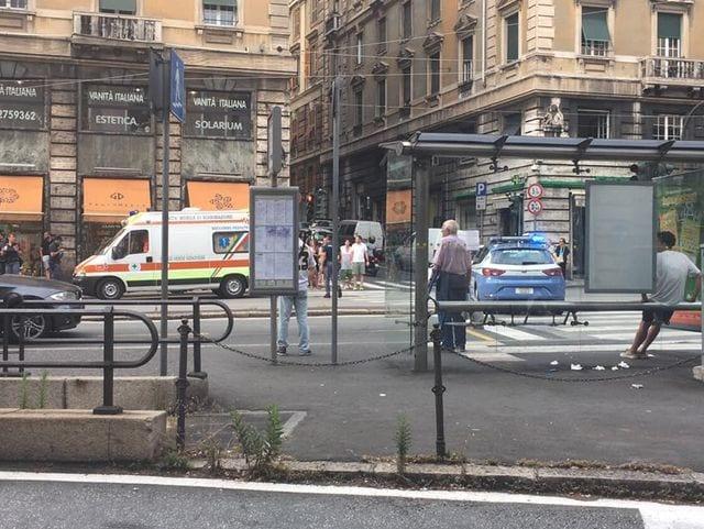Paura a Genova, accoltella la ex e un passante in strada: feriti