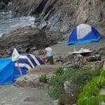 Genova – Le tende sfidano i divieti (le forze dell'ordine) sulla spiaggia di Voltri