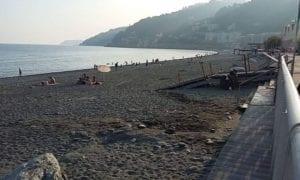 spiaggia deserta e senza tende a Voltri