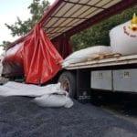 Camion incastrato a Casella, devono intervenire i vigili del fuoco
