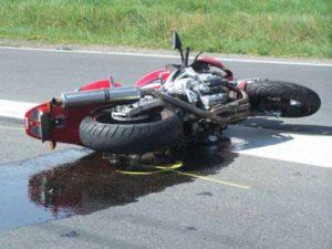 Novi L. - Sbanda con la moto, muore il giorno del suo compleanno. Grave il figlio