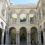 Genova, via Balbi si tinge di bianco con musica e bar aperti. E stasera tributo ai Blues Brothers
