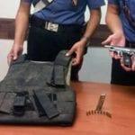 Pensionato zappa la terra e trova giubotto antiproiettile e pistola