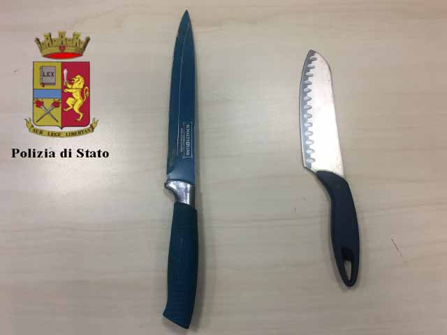 Genova, 23enne minaccia passanti con coltelli